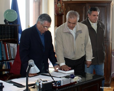 Αριστερά ο Δήμαρχος Αίγινας Σάκης Σακκιώτης, ο νέος Δημ. Σύμβουλος Δημήτρης Ιωαννίδης και ο αδλφός του Θεόφραστος Ιωαννίδης φωτό: Πηνελόπη Μουντή